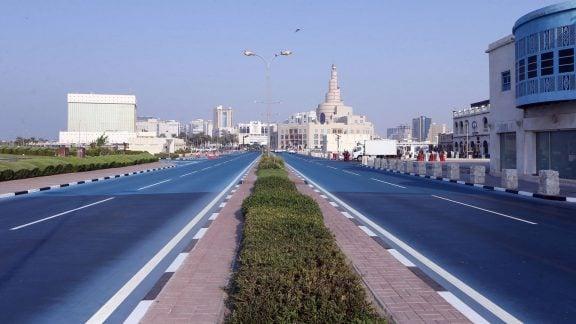 تدابیر قطر برای خنک کردن دوحه؛ استفاده از آسفالت آبی و کولر در سطح شهر