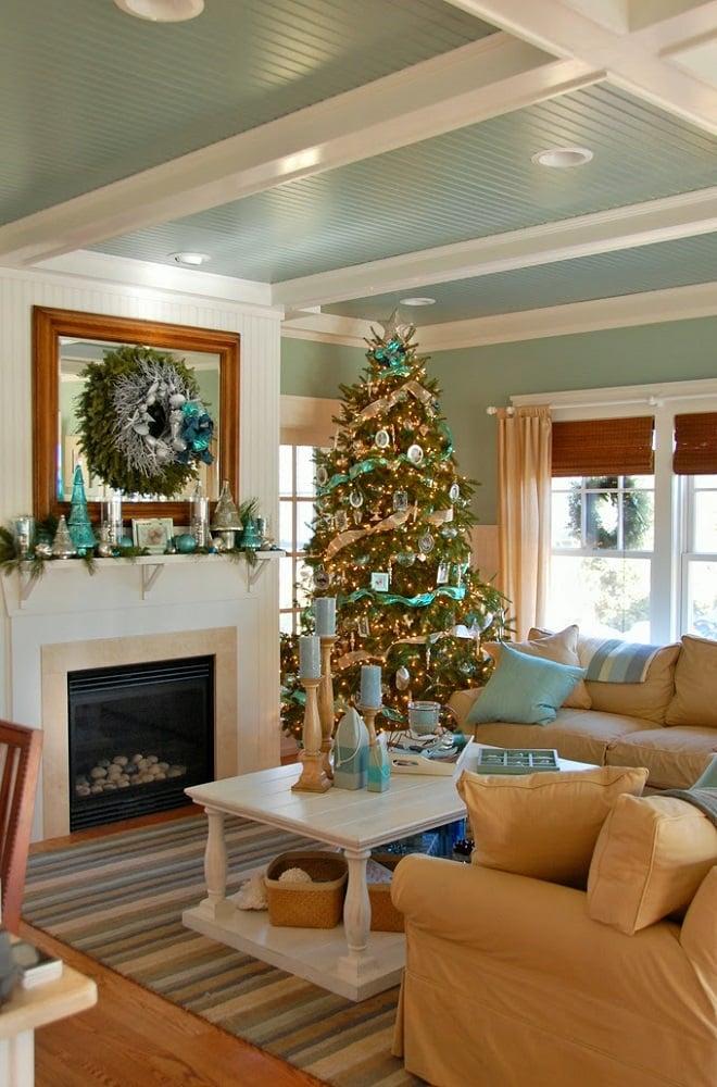 درخت کریسمس با تزیین ساحلی ترکیب با رنگ پسزمینه