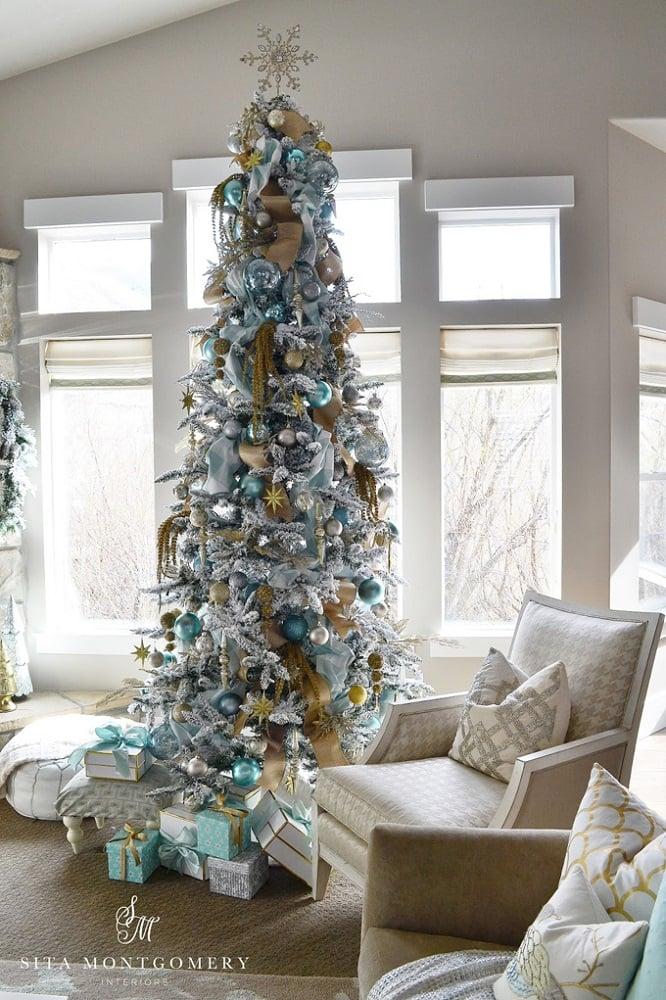 درخت کریسمس با تزیین ساحلی ترکیب فیروزهای و طلایی