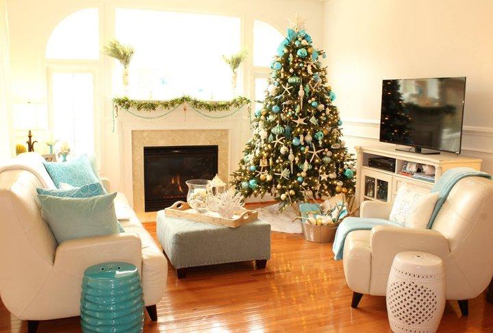 درخت کریسمس با تزیین ساحلی ترکیب فیروزهای با بژ و سفید